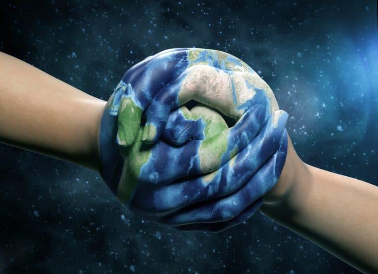 Image Totem dans la démarche RSE de VDSYS : mains jointes en forme de boule peintes à l'image de la Terre