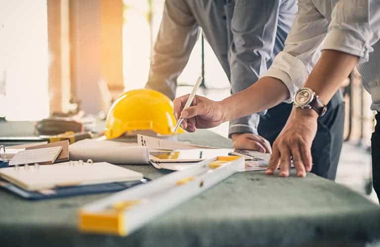 Architectes travaillant sur plans