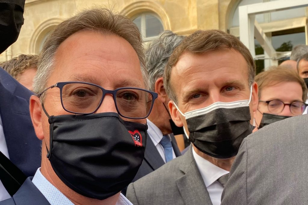 Le président Emmanuel Macron et Abdel Benothmane au salon de l'Elysée fabriqué en France